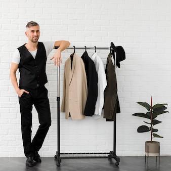 Homem elegante, rodeado por uma decoração minimalista