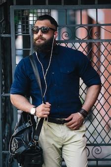 Homem elegante tocar seu cinturão