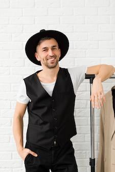 Homem elegante, vestindo um chapéu e sorrisos