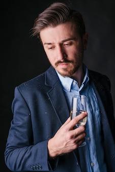 Homem, em, azul, ficar, com, vidro champanha, em, mão