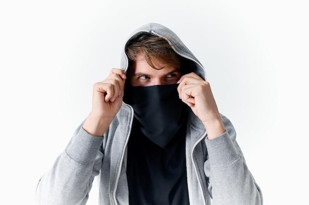 Homem em balaklava, close-up de roubo de crime encapuzado