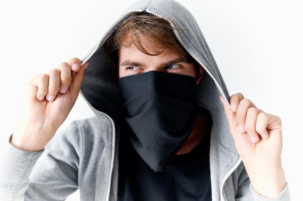 Homem em balaklava, close-up de roubo de crime encapuzado Foto Premium