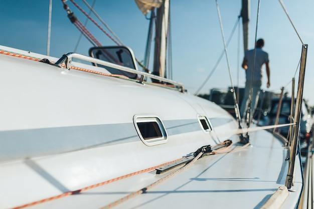 Homem em barco à vela