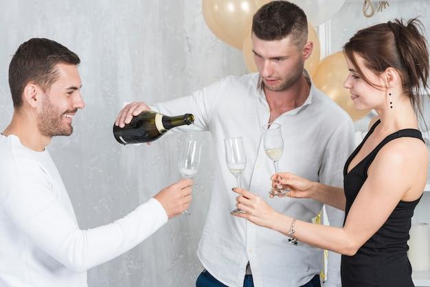 Homem, em, branca, champanhe torrencial, em, óculos