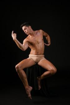 Homem, em, cadeira, em movimento, flexível, em, dança, postura