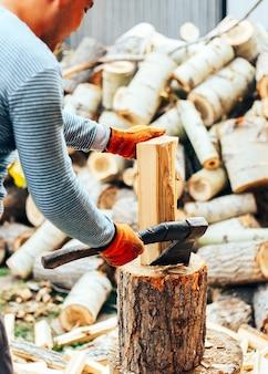 Homem, em, calças brim, e, camisa checkered, ficar, perto, toco, com, machado, em, mãos