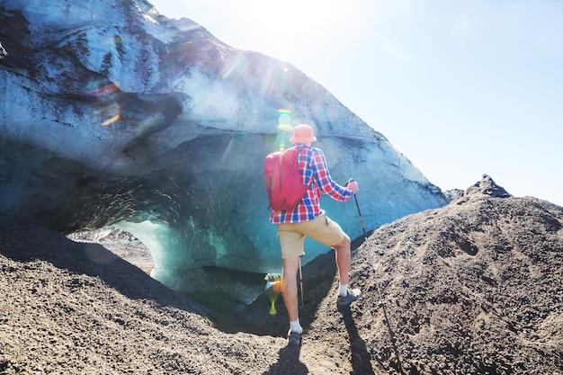 Homem em caminhada na região dos vulcões (araucania) no chile, américa do sul