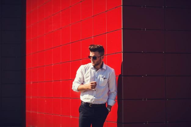 Homem, em, camisa, ligado, um, parede vermelha