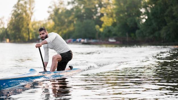 Homem em canoa remando