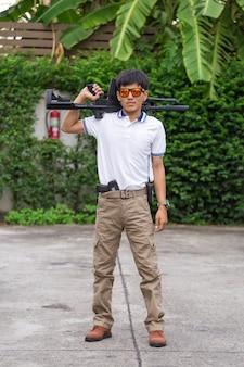 Homem, em, carga, calças, com, arma