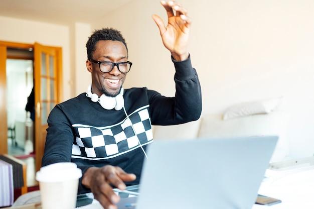 Homem em casa com o laptop