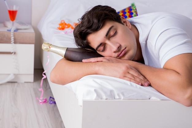 Homem em casa depois de festejar pesado