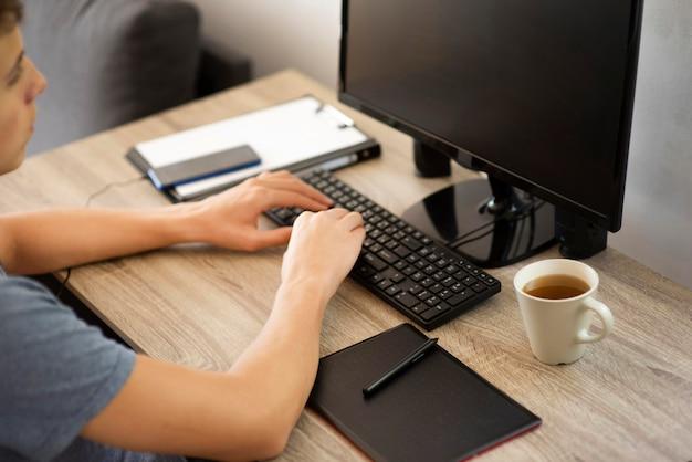 Homem em casa em quarentena trabalhando no computador