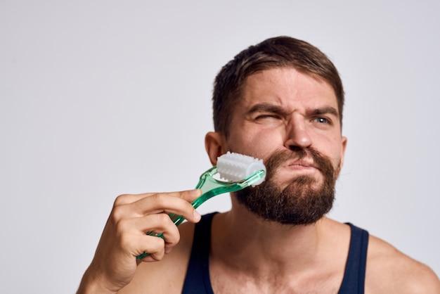 Homem em casa fazendo massagem corporal e cabeça, relaxamento muscular