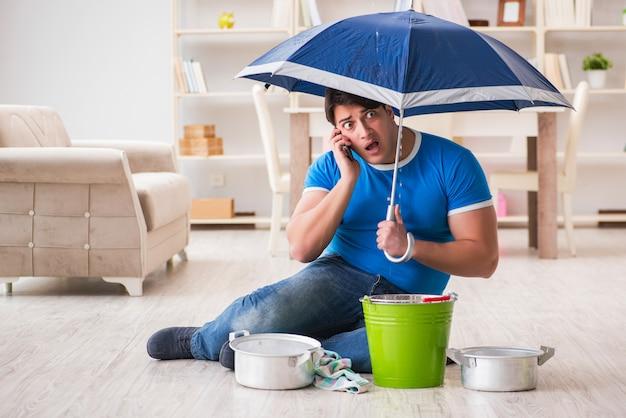 Homem em casa lidando com vazamento de vizinho