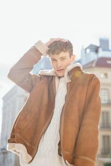 Homem, em, casaco, posar, com, passe cabeça