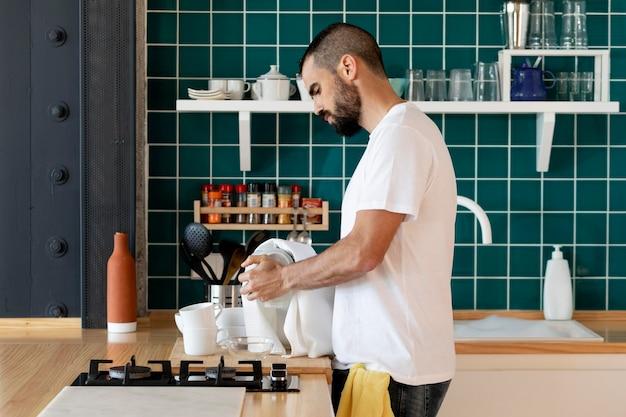 Homem em cena, limpando dentro de casa