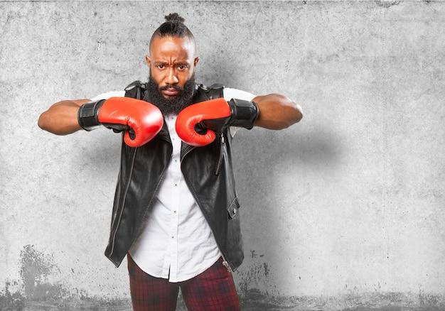 Homem em choque com os punhos com luvas de boxe