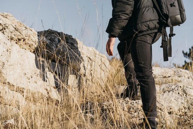 Homem em close-up escalando rochas
