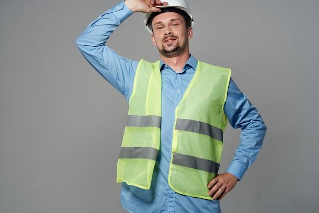 Homem em construção uniforme, trabalho profissional, fundo isolado