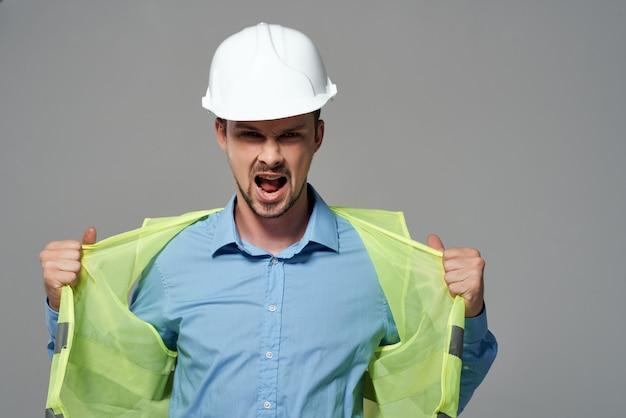 Homem em construção uniforme, trabalho profissional, luz de fundo