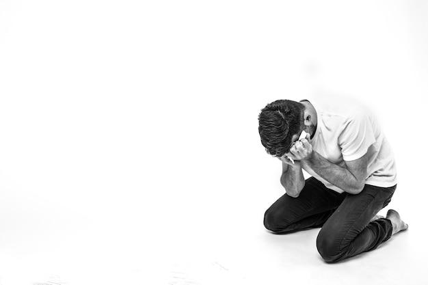 Homem em depressão e desespero.