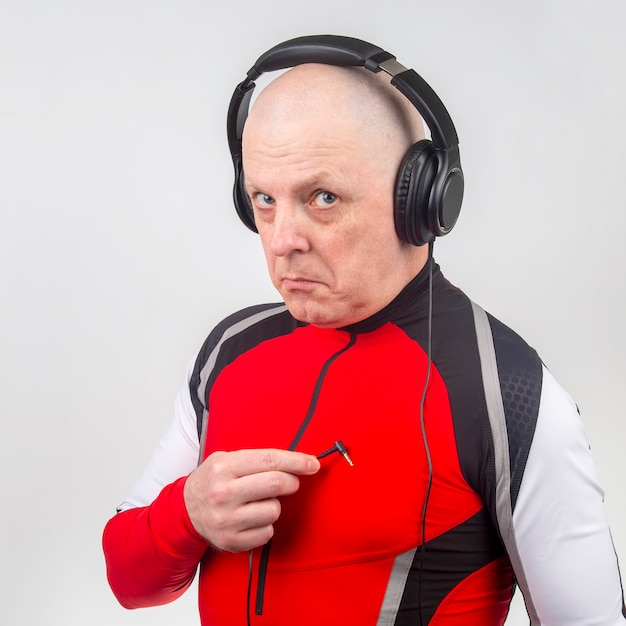 Homem em fones de ouvido está procurando a entrada de seu coração para ouvir música.