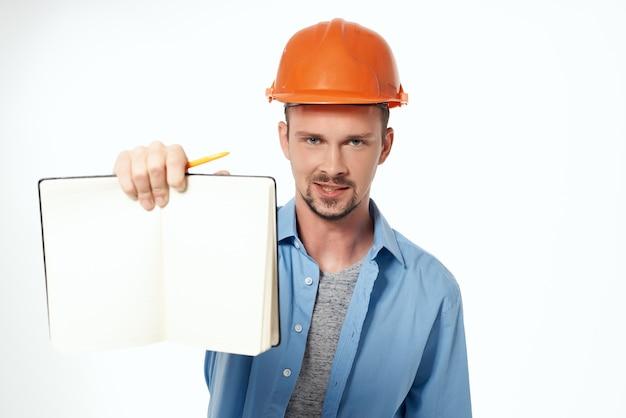Homem em forma de trabalho de construção de fundo isolado