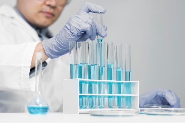 Homem em laboratório fazendo experimentos de perto