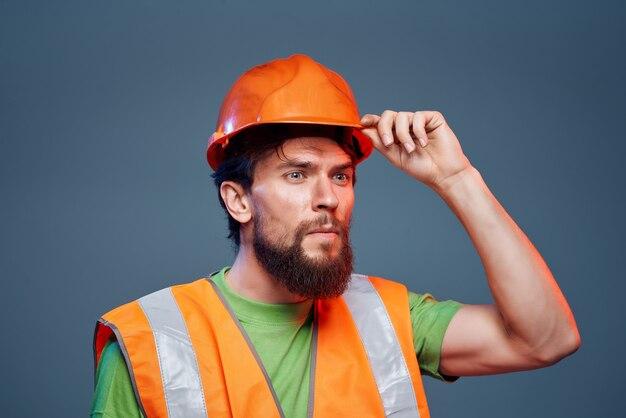 Homem em laranja capacete de segurança construção trabalho profissional. foto de alta qualidade