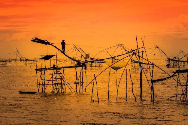 Homem em madeiras de pesca