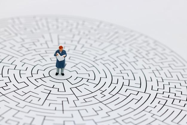 Homem em miniatura em um labirinto