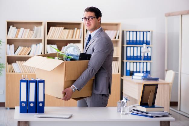 Homem, em movimento, escritório, com, caixa, e, seu, pertences