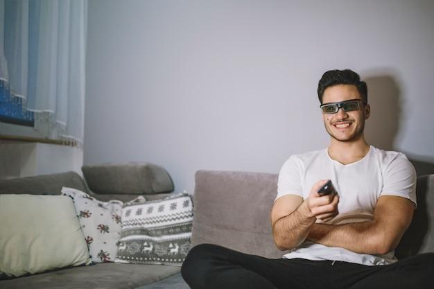 Homem em óculos 3d que alternam canais
