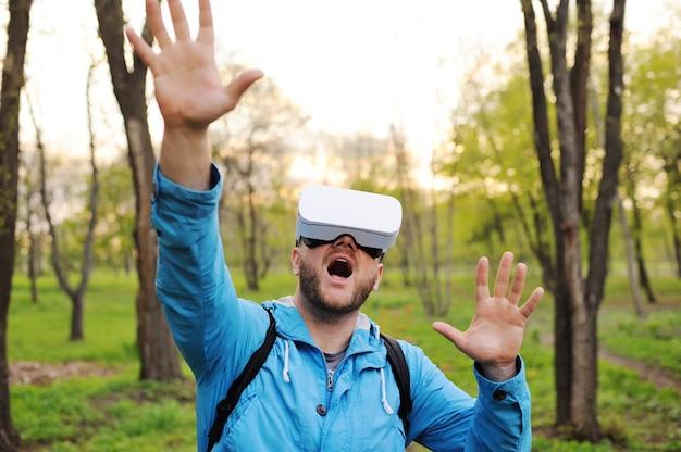 Homem em óculos de realidade virtual e um casaco azul