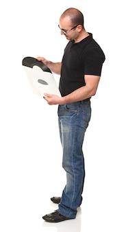 Homem em pé segurando lp vintage isolado no branco