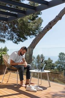 Homem em plena cena fazendo anotações