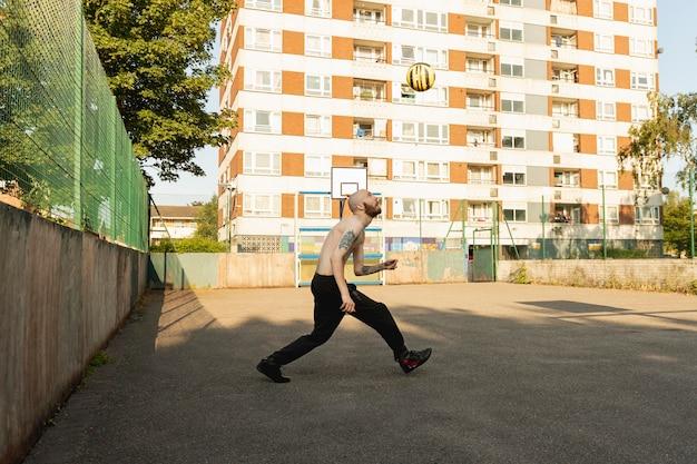 Homem em pleno tiro correndo atrás da bola