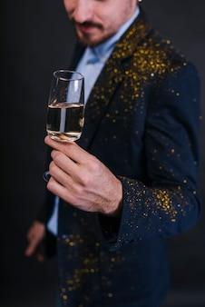 Homem, em, pó glitter, com, vidro champanha
