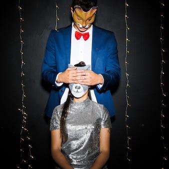 Homem, em, raposa, máscara, olhos fechando, para, mulher, em, gato, máscara