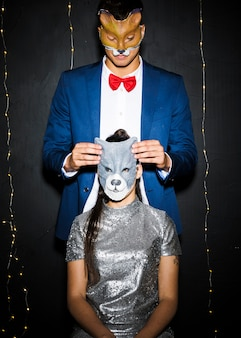 Homem, em, raposa, máscara, perto, mulher, em, gato, máscara