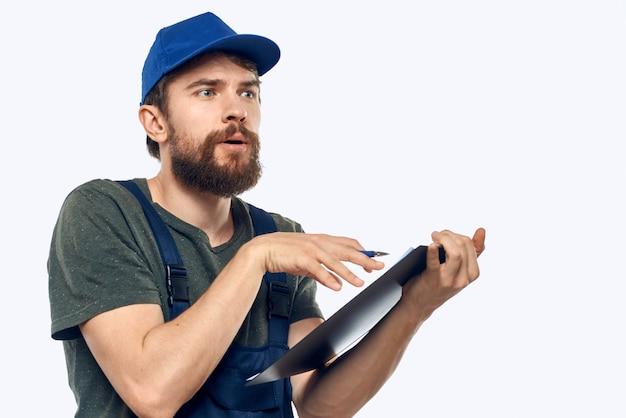 Homem em roupa de trabalho com caneta