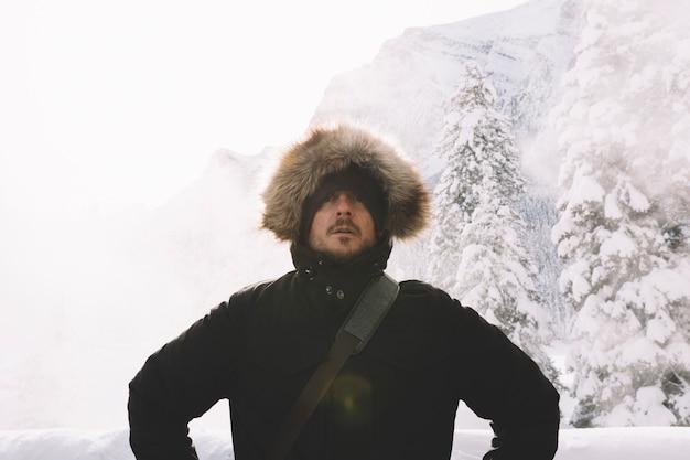 Homem, em, roupa morna, ligado, montanhas, fundo