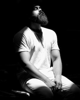 Homem em roupas brancas, atuando na cena