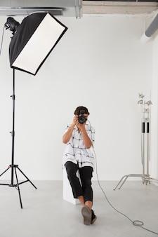 Homem em seu estúdio de fotografia profissional