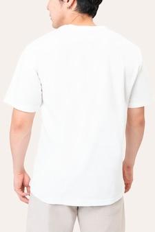 Homem em simples camiseta branca retrato de estúdio