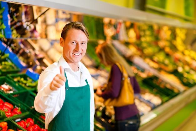 Homem, em, supermercado, como, assistente loja