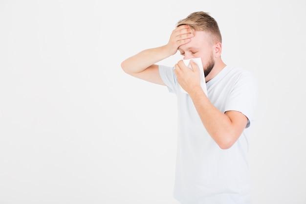 Homem, em, t-shirt, tendo, corrimento, nariz