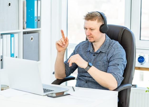 Homem em teletrabalho de fones de ouvido