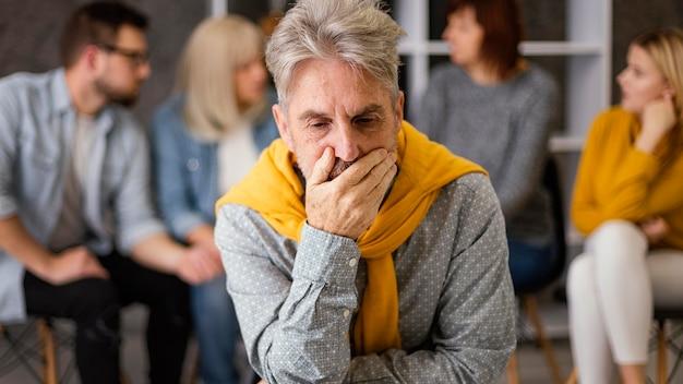 Homem em terapia de grupo